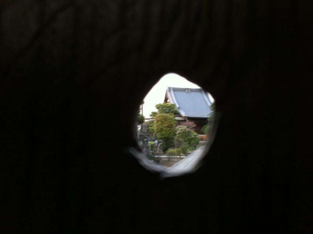 経王寺山門の上野戦争時の銃弾痕から境内を覗く
