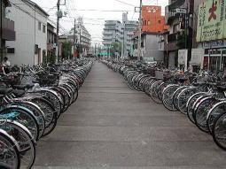 古隅田川暗渠上の足立区駐輪場