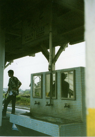 鹿児島本線宇土駅ホームの洗面台 出典:風、土、植物とレイル