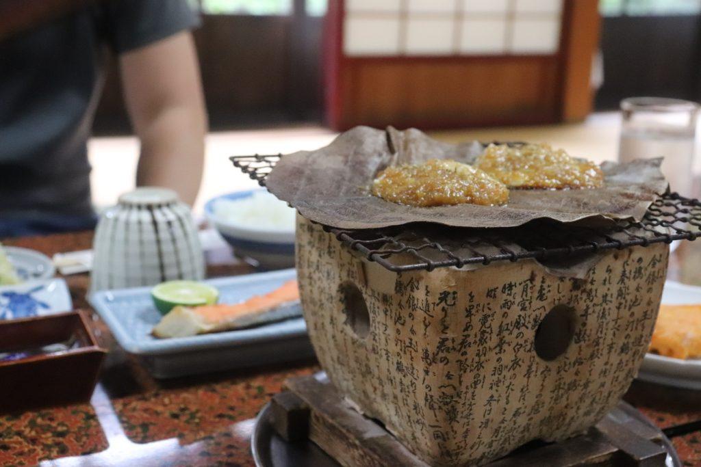 高山・旅館かみなか 朝食の朴葉みそ