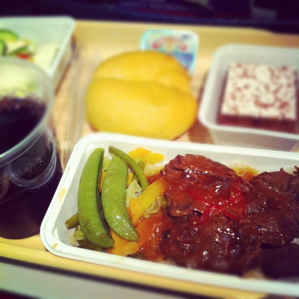 デルタ航空の機内食。夜7時発だったので夕食。牛肉の焼いたのとか。赤ワインぐびぐび。ちょうどいい量でしたよ。